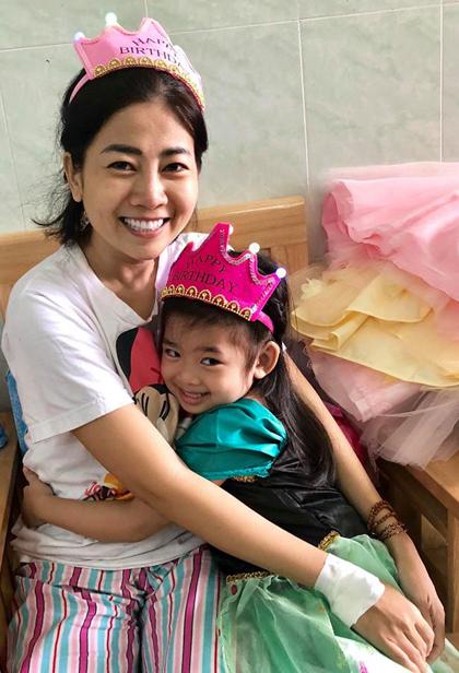 Sáng 21/8, diễn viên Ốc Thanh Vân - đồng nghiệp của Mai Phương - đưa bé Lavie vào bệnh viện Quân y 175 (TP HCM) để đón sinh nhật bên mẹ. Sáng sớm, bạn bè giúp cô lau mình, thay quần áo để đón con vào thăm. Khi đến trước cửa phòng bệnh, bé Lavie tự tay mở cửa, chạy vào ôm mẹ.Những ngày qua, Lavie được gửi cho một người trợ lý chăm sóc khi mẹ phát bệnh nặng. MaiPhương khá yếu vì ung thư đã di căn vào xương, các bác sĩ không thể phẫu thuật. Cô không ngồilâu vì xương giòn. Cô được truyền thuốc chống mục xương, đợi khỏe mạnh hơn để tìm hướng điều trị tiếp theo.