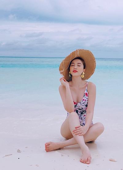 Giọng ca Là con gái phải xinh tự tìm hiểu mọi thông tin liên quan đến cách thức đi du lịch Maldives. Cô và gia đình  quyết định thuê villa nổi tiếng Kandima Maldives - một trong những cụm resort sang của quốc đảo du lịch.