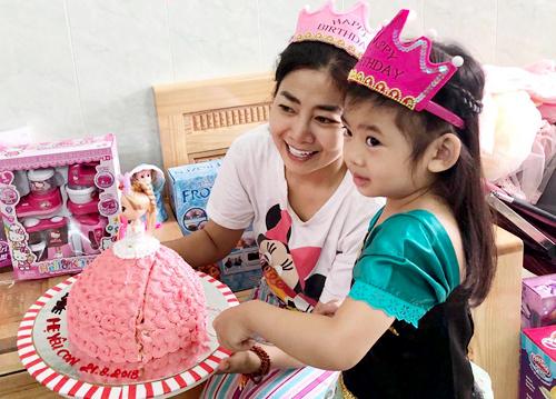 Mai Phương ôm chặt, mừng con gái tròn 5 tuổi ở bệnh viện - 6