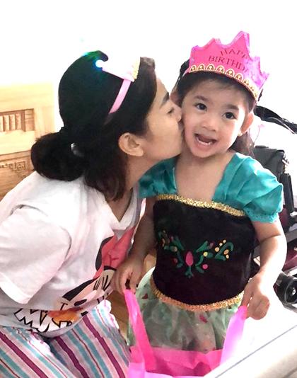 Mai Phương liên tục hôn con gái.