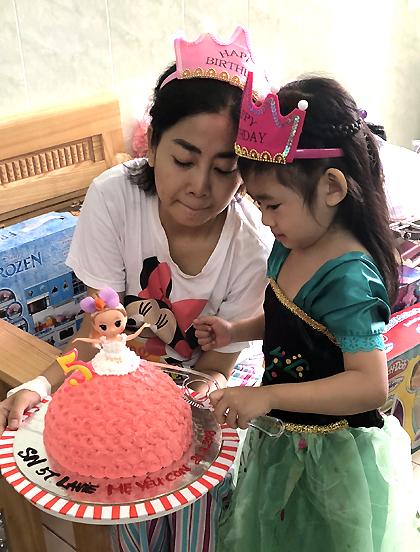 Mẹ con diễn viên cùng hát vang bài Chúc mừng sinh nhật. Sau đó,Lavie thổi nến và chắp tay cầu nguyện.