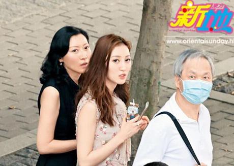 Hà Diễm Quyên (giữa) đi mua sắm cùng mẹ và chồng.