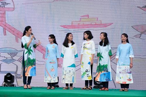 Hoa hậu Ngọc Hân tặng áo dài in hìnhnhững bức tranh mangchủ đề Bảo vệ môi trường Phú Quốc - do chính học sinh vẽ.
