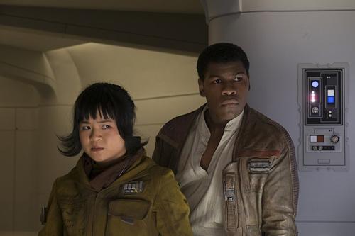 Kelly Marie Tran trong vai Rose Tico đóng cùng John Boyega (Finn) trong phim Star Wars: The Last Jedi.