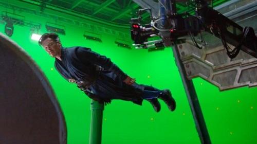 Benedict Cumberbatch treo mình thực hiện một cảnh quay.