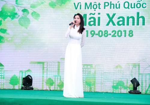 Ca sĩ Thủy Tiên diện áo dài trắng, lan tỏatình yêu đất nước và khát vọng tuổi trẻ qua ca khúc Xinh tươi Việt Nam.