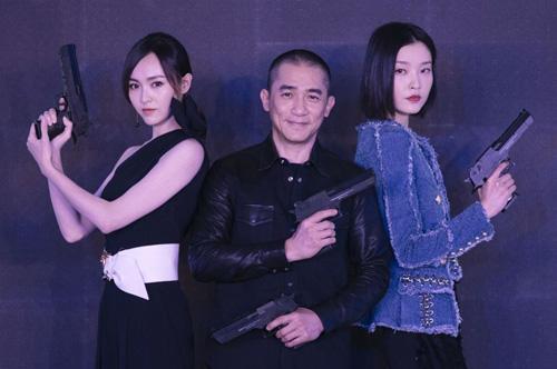 Lương Triều Vỹ quảng bá Âu châu công lược cùng hai người đẹp Đường Yên (trái), Đỗ Quyên.