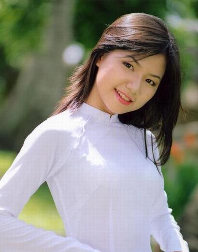 Ngô Quỳnh Anh sinh năm 1983. Khi mới gia nhập nhóm, Quỳnh Anh mới 14 tuổi. Cô được yêu thích nhờ gương mặt ngây thơ, giọng hát trong trẻo. Đầu năm 2004, khi nhóm đang ở thời kỳ đỉnh cao, cô bất ngờ rút lui. Sau một thời gian, cô gia nhập nhóm HAT, thay thế vị trí của Thu Thủy. Tuy nhiên, HAT cũng hoạt động trong thời gian ngắn rồi tan rã hồi năm 2005.Sau đó, Ngô Quỳnh Anh rút khỏi showbiz. Cô theo học ngành marketing ở một trường đại học quốc tế.