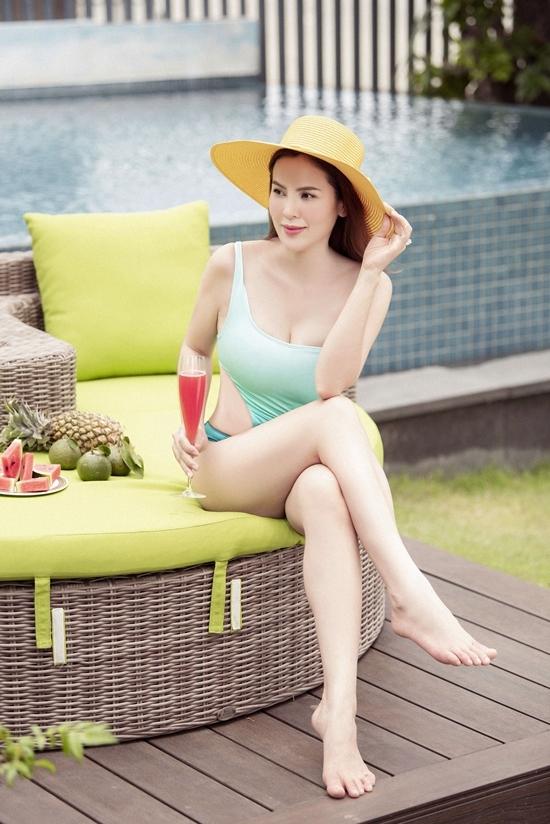 Hoa hậu Phương Lê diện bikini ở bể bơi tại nhà