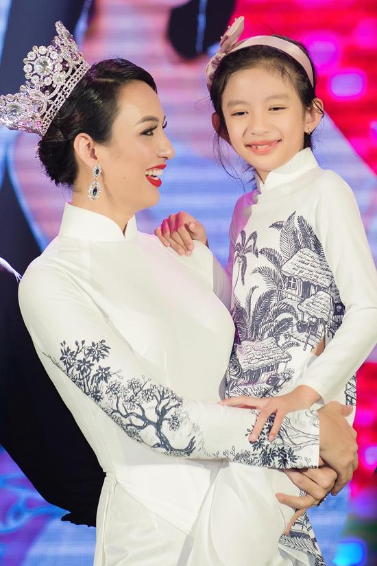 Ngọc Diễm bế con ở show mừng 10 năm đăng quang hoa hậu