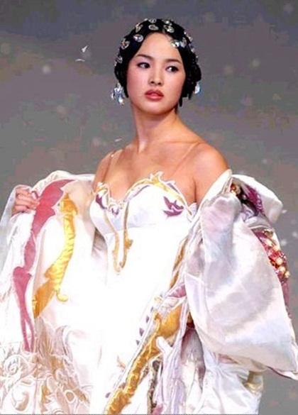 Song Hye Kyo là một trong những nàng thơ áo cưới trẻ nhất trong show của nhà thiết kế quá cố. Trong ảnh là lúc cô mới 20 tuổi.