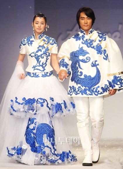 Kim Tae Hee và đàn anh Song Seung Hun diện váy cưới truyền thống thêu tay tỉ mỉ