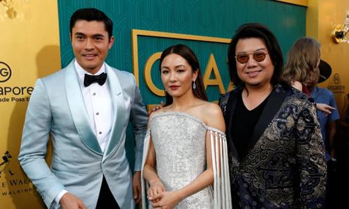 Kevin Kwan (ngoài cùng bên phải) bị Singapore truy nã vì trốn nghĩa vụ quốc gia.