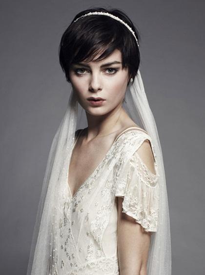 Băng đô cổ điển màu trắngtạo điểm nhấn cho mái tóc thuần đen, giúp cô dâutôncá tính và mạnh mẽ.