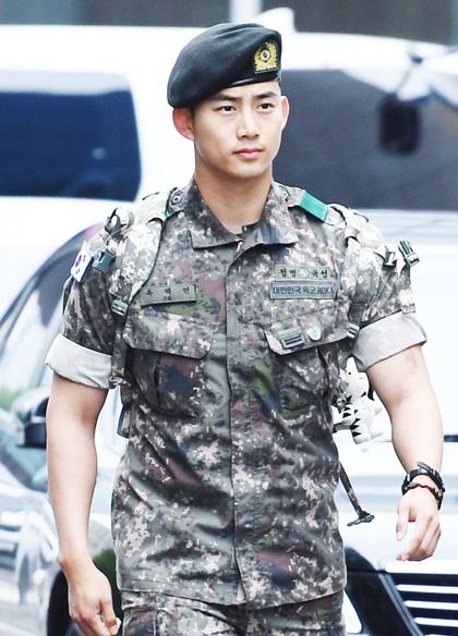 Taecyeon từng mang quốc tịch Mỹ, nhưng anh đã từ bỏ để nhập quốc tịch Hàn Quốc - với nguyện vọng được phục vụ nghĩa vụ quân sự như một công dân bình thường.