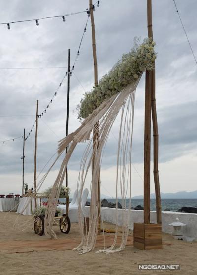 Cổng hoa nằm sát bờ biển.