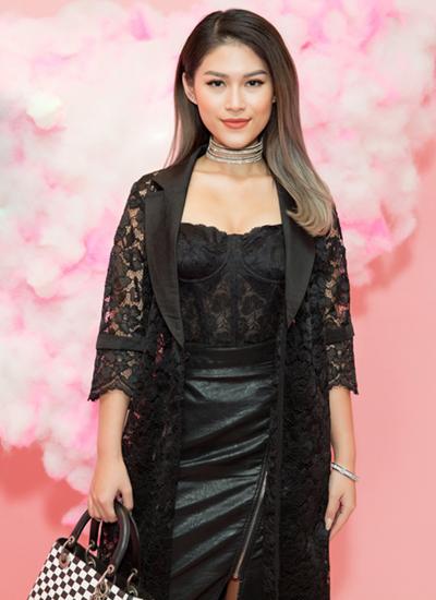 Diễn viên Ngọc Thanh Tâm mặc xuyên thấu với váy phối ren.