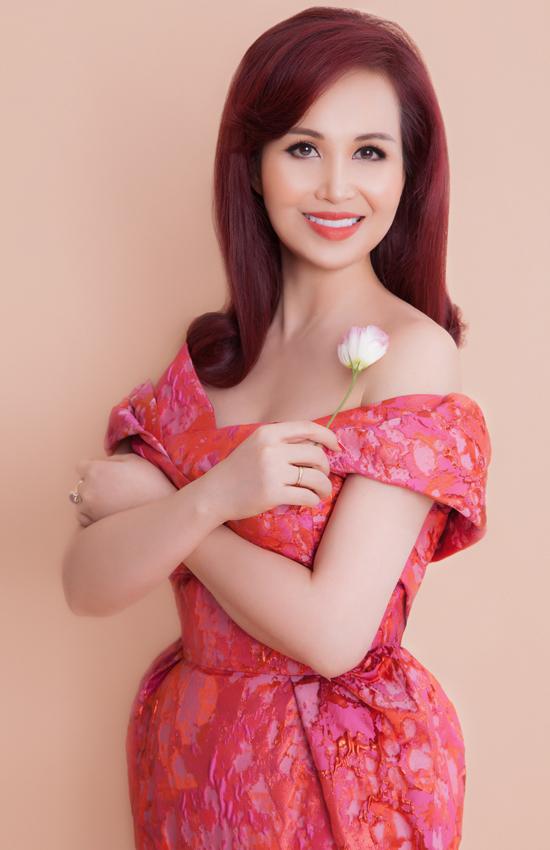 Hoa hậu Diệu Hoa diện đồ cùng tông với hai con gái