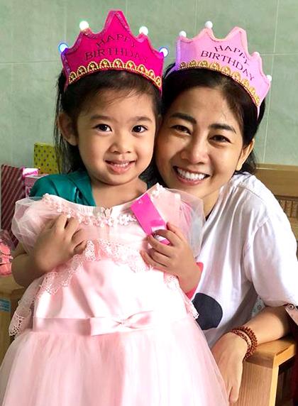 Mai Phương bên con gái trong bệnh viện.