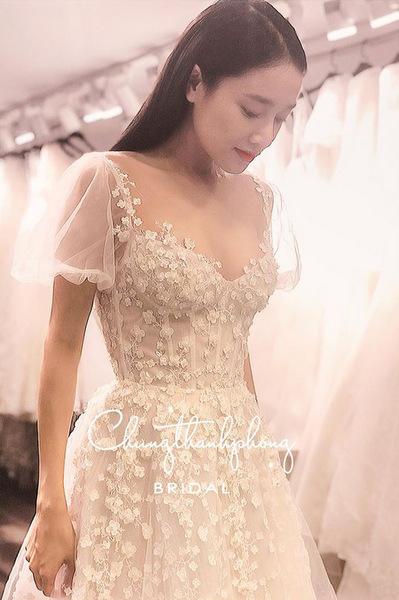 Nhã Phương mặc váy cưới thêu hoa 3D trong ngày vui.
