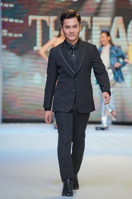 Thanh Hằng vấp ngã khi catwalk cùng Minh Hằng, Hoàng Yến