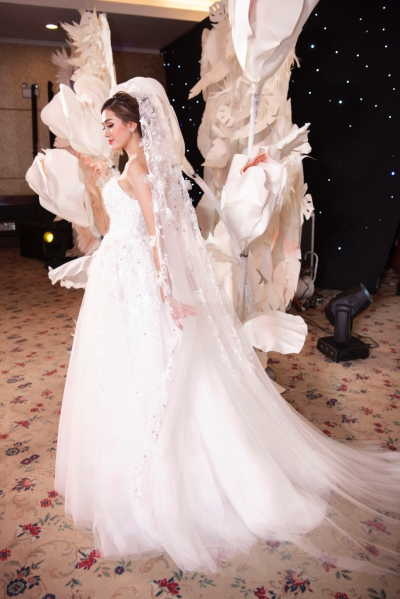 Lan Khuê diện váy cưới làm vedette - 6