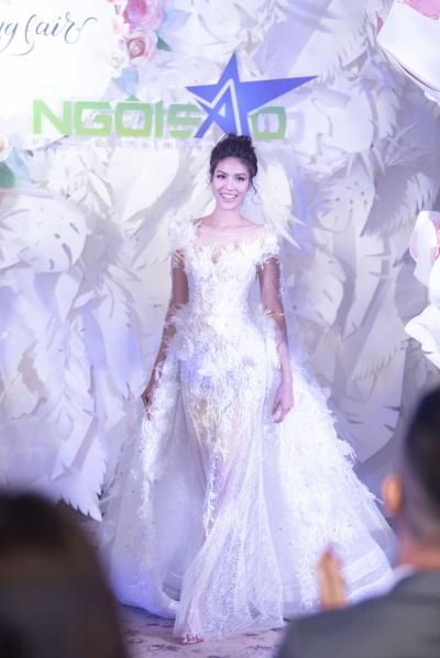 Lan Khuê đảm nhận vị trí vedette cho show áo cưới của Vĩnh Thụy.