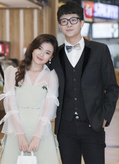 Midu (trái) và Harry Lu trong buổi ra mắt phim.