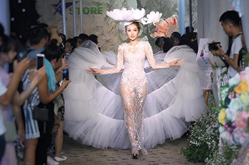 Bộ váy kết show gây ấn tượng bởi phần chân váy xòe bằng vải voan lưới, kết hợp hài hòa cùng thân váy thêu ren.