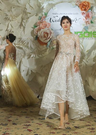 Bộ váy có phần xòe bắt đầu từ ngang đùi giúp cô dâu dễ dàng di chuyển trong không gian sảnh tiệc rộng lớn, phù hợp với cả đám cưới nhỏ trong sân vườn.