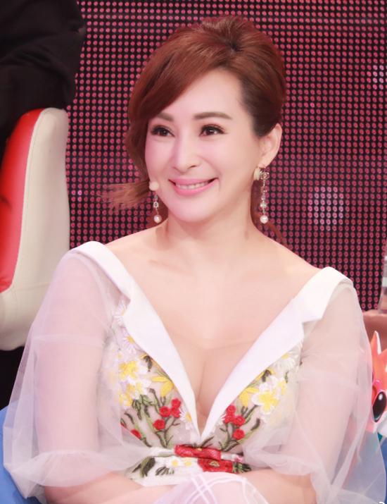 Hoa hậu châu Á chuộng mốt hở ngực ở tuổi ngũ tuần