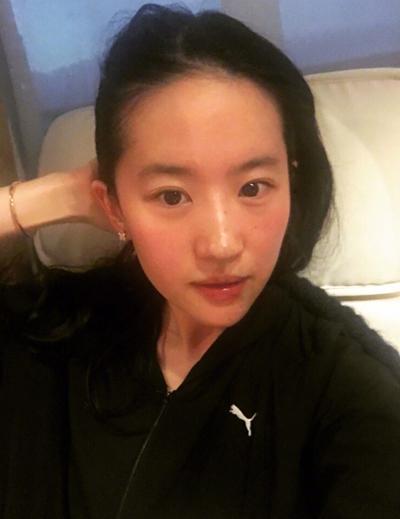 Tối 25/8, Lưu Diệc Phi đăng trên trang cá nhân một số bức ảnh được đồng nghiệp mừng sinh nhật trên trường quay, ảnh bóc quà, mặt mộc.