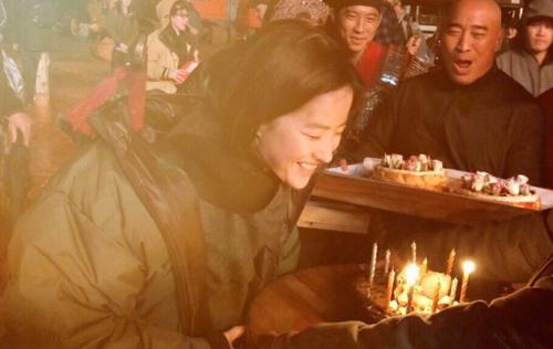 Tối 25/8, Lưu Diệc Phi đăng trên trang cá nhân một số bức ảnh được chúc mừng sinh nhật trên trường quay, ảnh bóc quà, mặt mộc.