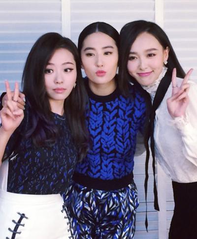 Trương Lượng Dĩnh, Lưu Diệc Phi và Đường Yên (từ trái sang)tại một sự kiện.