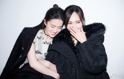 Diễn viên Đường Yên đăng ảnh chúc mừng bạn thân: Gần đèn thì sáng, gần nàng thì được ngọt ngào. Sinh nhật vui vẻ nhé, công chúa của tôi, yêu nàng.