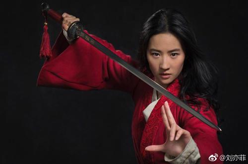 Gần đây, Lưu Diệc Phi vắng bóng sự kiện giải trí để tập trung luyện võ thuật, hình thể... để đóng Hoa Mộc Lan trong Mulan của Disney.