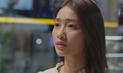 Khả Ngân sinh năm 1997.Ở tuổi 21, cô trẻ hơn Song Hye Kyo 10 tuổi khi đóng Hậu duệ mặt trời.