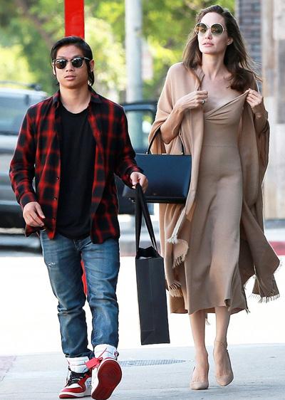 Ngày 26/8, Angelina Jolie cùng Pax Thiên đi mua sắm và ăn trưa. Hai mẹ con đi riêng, không có các con khác đi cùng.