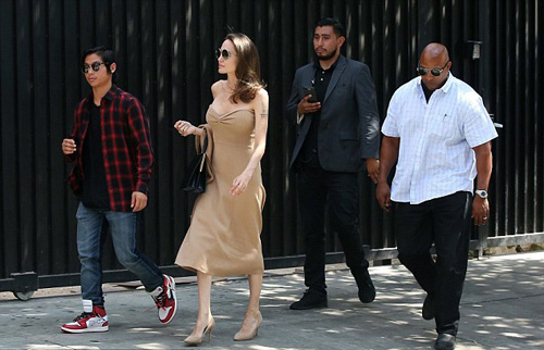 Từ khi rời London và Los Angeles, Angelina Jolie không bao giờ xuất hiện bên cả sáu con. Cô lúc đi với con gái, khi ở bên con trai.