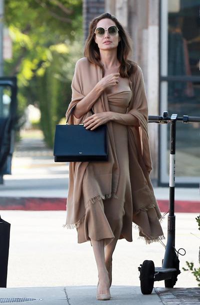 Vì Brad và Angelina đồng thuận vấn đề chăm sóc con nên họ không cần tham gia phiên điều trần dự kiến tổ chức ngày 21/8. Angelina Jolie mong muốn hoàn tất thủ tục ly hôn trong năm nay.