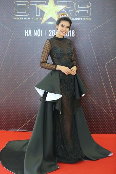 Người đẹp Angelia Ong diện váy lưới tại sự kiện ngày 26/8.