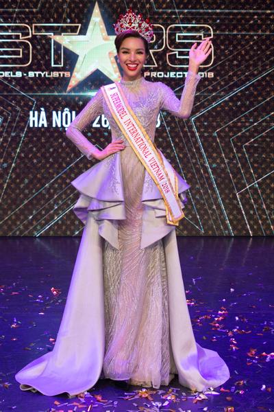 Chân dài Khả Trang tại sự kiện.