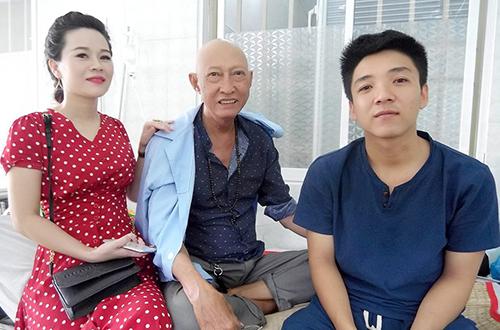 Con gái - Lê Khả Hân (trái) và con trai nuôi (phải) của nghệ sĩ Lê Bình thay nhau chăm sóc ông trong bệnh viện Quân y 175 TP HCM.