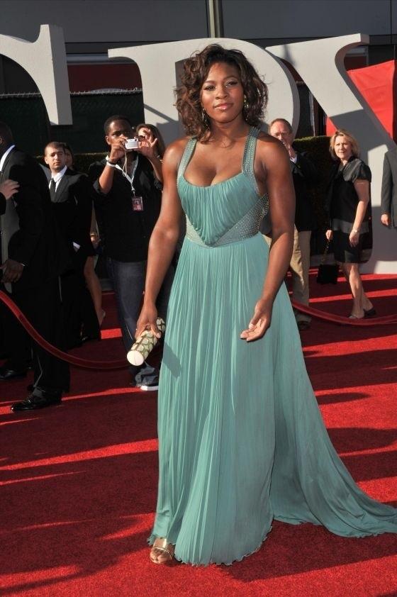 'Nữ hoàng quần vợt' Serena Williams chuộng mặc hở dù cơ bắp