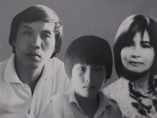Lưu Khánh Thơ (giữa) mất khi mới sáu tuổi. Cậu bé sớm bộc lộ năng khiếu hội họa giống bố.