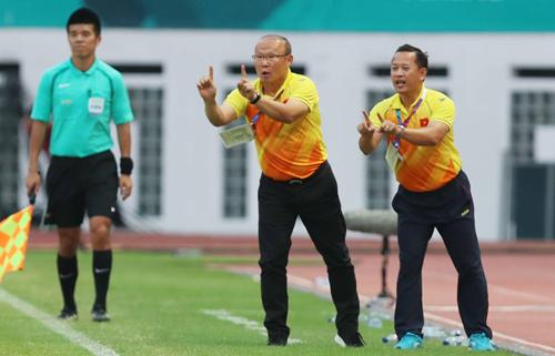 Lê Huy Khoa (phải) sát cánh Park Hang Seo để truyền đạt cho các cầu thủ.