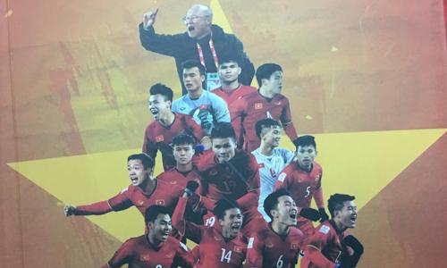 Hình ảnh huấn luyện viên Park Hang Seo và các cầu thủ U23 trên bìa sách.