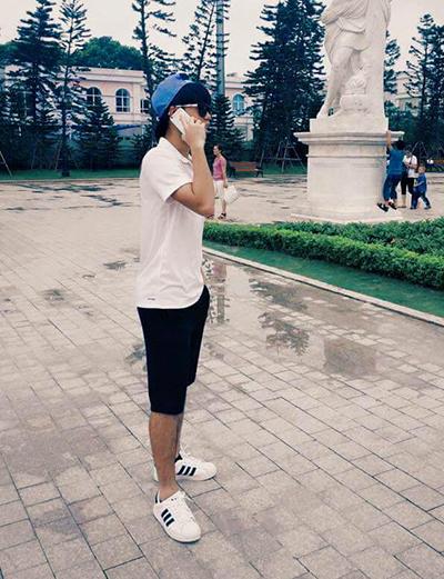 Co gu mặc đơn giản, khỏe khoắn theo phong cách thể thao, anh thường dùng giày trắng phối cùng các bộ đồ đơn sắc.