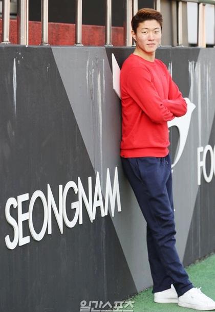 Còn trongđời thường, trang phụccủa Hwang Ui Jo hướng đến sựkhỏe khoắn,năng động. Anh chuộng áo thun, quần jeans và giàysneakers.