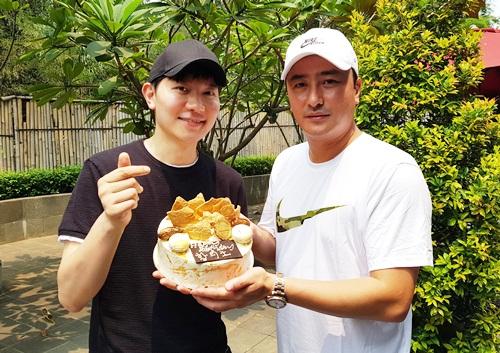 Cựu cầu thủ Ahn Jung Hwan (trái)chuẩn bị một chiếc bánh sinh nhật chứa huy chương vàng để chúc mừng Hwang Ui Jo. Ahn Jung Hwan là tác giả của bàn thắng vàng trong trận Hàn Quốc gặp Italy tạivòng 1/8 ở World Cup 2002, giúp xứ kim chi lần đầu đoạtvévào tứ kết. Sau giải nghệ, anh đầu quân vềđài truyền hình vàđang có mặt tại Indonesia với vai trò bình luận viên thể thao.